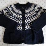 『冬の日の編みもの』の黒と白のカーディガンを編みました